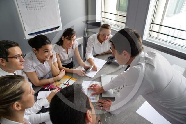 20110218113618-imagen-de-mujeres-y-hombres-trabajando-en-equipo.jpg
